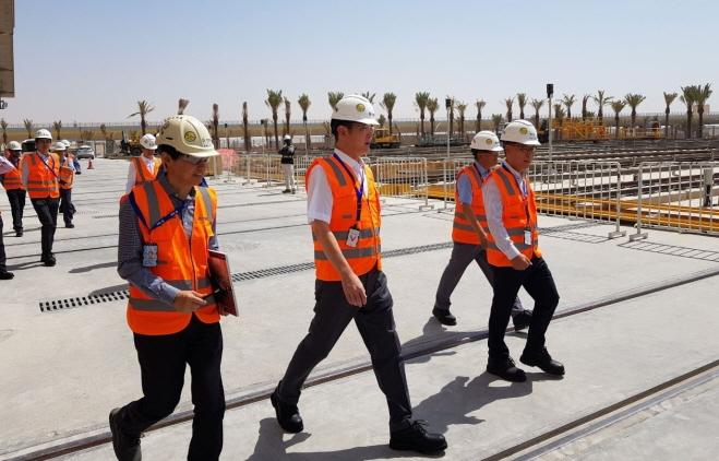 Samsung Electronics Vice Chairman Lee Jae-yong (C) visits Samsung C&T's metro construction site in Riyadh, Saudi Arabia, on Sept. 15, 2019. (image: Samsung Electronics)