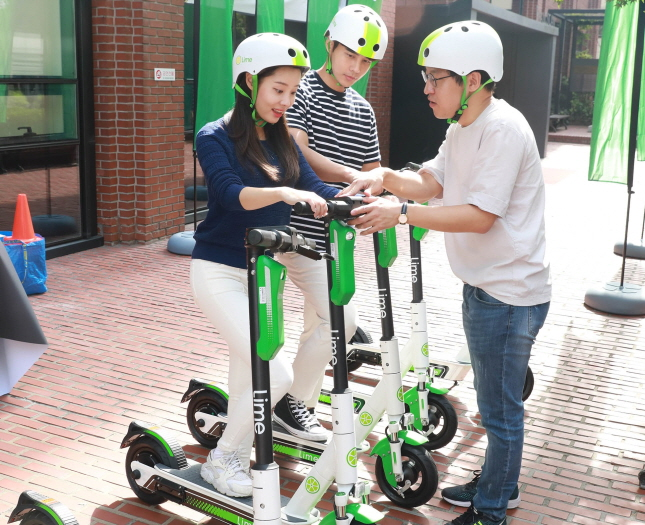 A Lime Korea official tells riders how to operate electric scooters in a safety education program held in central Seoul on Sept. 27, 2019. (image: Lime Korea)