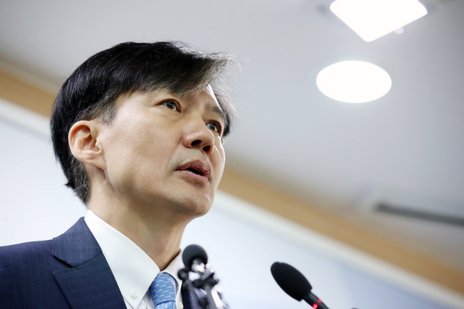 Justice Minister Cho Kuk announces prosecution reform measures at the Gwacheon Government Complex in southern Seoul on Oct. 14, 2019. (Yonhap)
