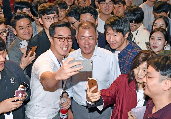 Hyundai Motor Group's executive vice chairman, Chung Euisun (C), and employees taking selfies with the carmaker's heir apparent after a town hall meeting at its headquarters in Yangjae, southern Seoul on Oct. 22, 2019. (image: Hyundai Motor Group)