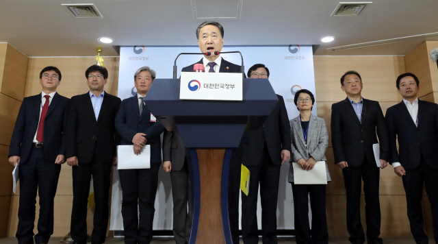 Health Minister Park Neung-hoo (C) advises people not to use e-cigarettes due to the health risks during a briefing held at the government complex in Seoul on Oct. 23, 2019. (Yonhap)