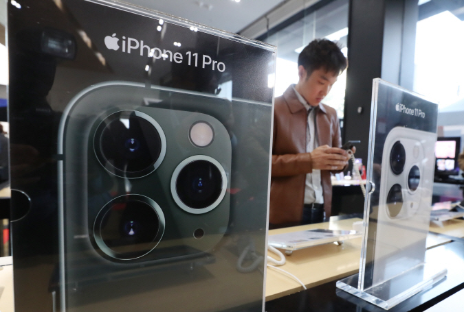 Apple's iPhone 11 smartphone is displayed at a shop in Seoul on Oct, 25, 2019. (Yonhap)