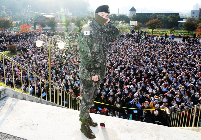 G-Dragon, the leader of K-pop boy band BIGBANG, speaks in front of fans who welcomed his discharge from military service at the Ground Operations Command in Yongin, south of Seoul, on Oct. 26, 2019. (Yonhap)