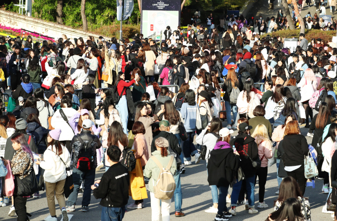 """A crowd of BTS fans gather at Jamsil Sports Complex, where the global K-pop superband are kicking off the final, Seoul leg of their world tour, """"Love Yourself: Speak Yourself,"""" on Oct. 26, 2019. (Yonhap)"""