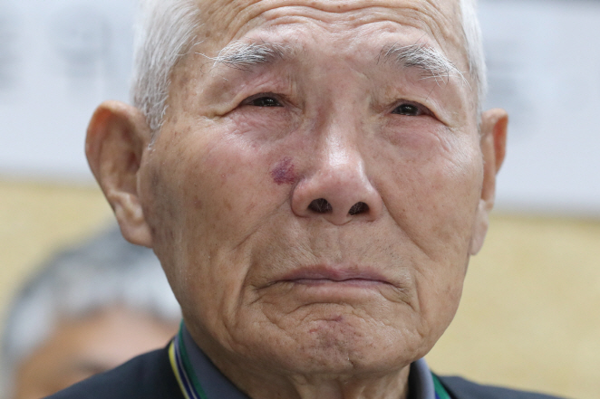 Lee Chun-sik, the only surviving victim of the four plaintiffs for whom the Supreme Court ordered payment of compensation for forced labor, sheds tears during a press conference held by Minbyun, or Lawyers for a Democratic Society, on Oct. 30, 2019. (Yonhap)