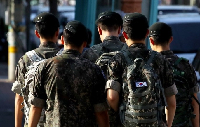 The monthly salary for a private was 306,100 won last year, which is 12,708 won less than average monthly spending, which indicates that a private may face financial difficulties. (Yonhap)