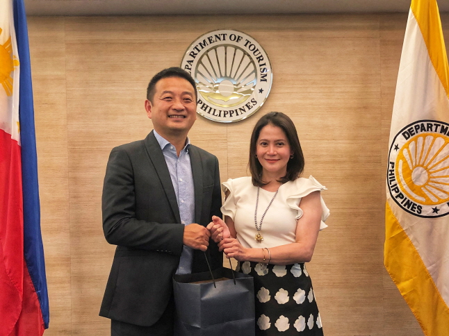 Ctrip Chairman Meets with Philippine Secretary of Tourism
