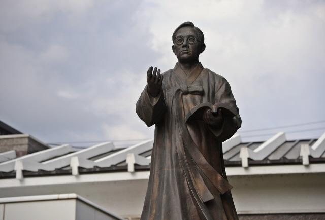 A statue of poet Jeong Ji-yong. (image: Korea Tourism Organization)