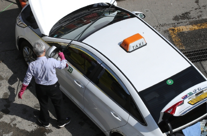 Taxi drivers in their 80s soared from 92 people in 2014 to 260 this year. Drivers in their 70s increased from 7,054 to 12,252 people during the same period. (Yonhap)