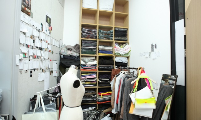 In the fashion industry, people have to work 15 to 18 hours a day for two to three weeks during the two peak seasons every year. (image: Seoul Metropolitan Government)