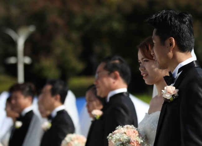 A joint wedding ceremony of multicultural couples takes place in Seoul on October, 2017. (Yonhap)