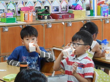 School Milk Program Under Fire as Popularity Wanes