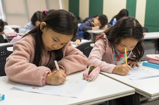 Students focus on a worksheet during a beginner-level Mongolian-language class at the Seoul Global Center in central Seoul on Nov. 10, 2019. (Yonhap)