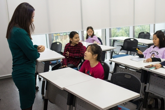 Mongolian-language teacher Nergui Unurtsetseg (L) talks to a student in an intermediate-level class at the Seoul Global Center in central Seoul on Nov. 10, 2019, before beginning a lesson. (Yonhap)