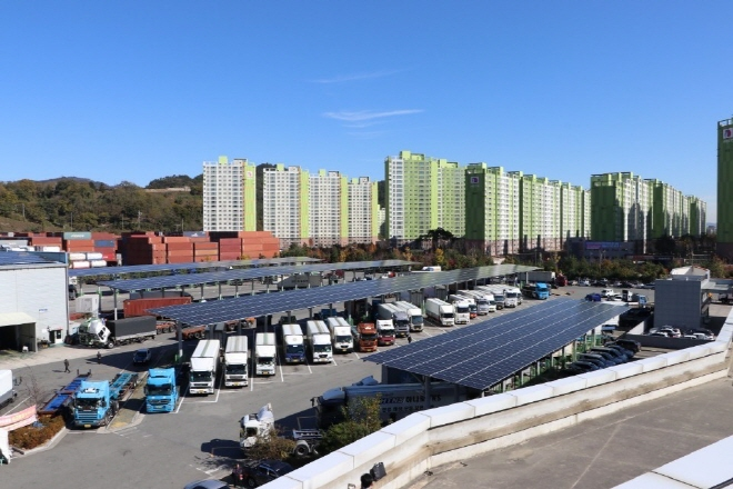 Solar power facilities at SK Energy Co.'s truck service station in Changwon, 400 kilometers southeast of Seoul. (image: SK Energy)