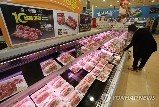 Pork products displayed at the Lotte Mart outlet at Seoul Station in central Seoul. (Yonhap)