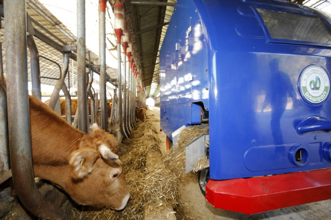 Taean County Introduces Robots to Feed Cows
