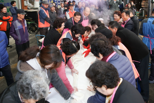 111-meter Long Rice Cake Makes Appearance at Traditional Market
