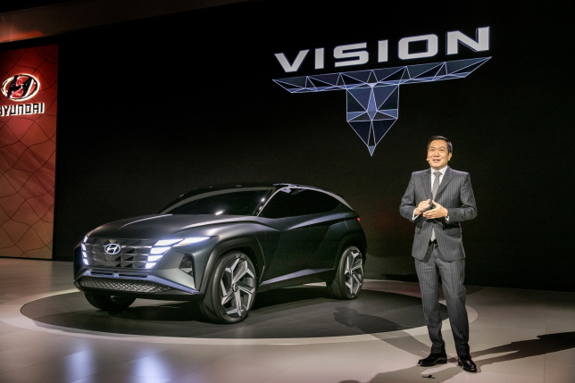 Lee Sang-yup, senior vice president and head of Hyundai Design Center, delivers a briefing on the Vision T SUV concept at the LA Convention Center on Nov. 20, 2019. (image: Hyundai Motor)