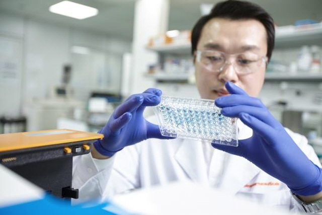 A researcher testing a drug sample at SK Biopharmaceuticals Co.'s research center in Pangyo, south of Seoul.  (image: SK Biopharmaceuticals)