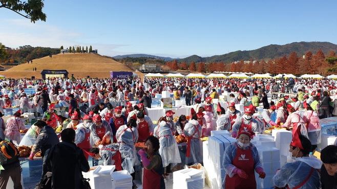 2600 Citizens Participate in Winter Kimchi Making