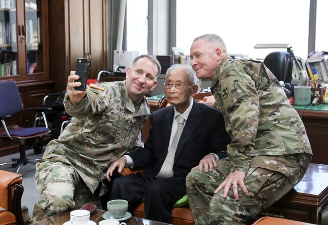 U.S. Forces Korea Commander Gen. Robert Abrams (L) takes a selfie with South Korea's wartime hero Paik Sun-yup (C) in this photo uploaded on the USFK Facebook page. Abrams visited Paik's office in Seoul on Nov. 22, 2019, to celebrate his 100th birthday (Korean age), according to officials.
