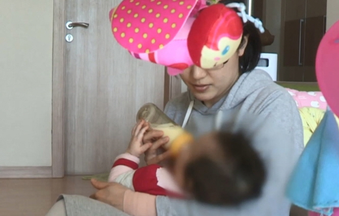 Many South Korean women complain that their careers can suffer if they take time off for having a child, as it is not easy for them to find jobs after spending an extended time away from work. (Yonhap)