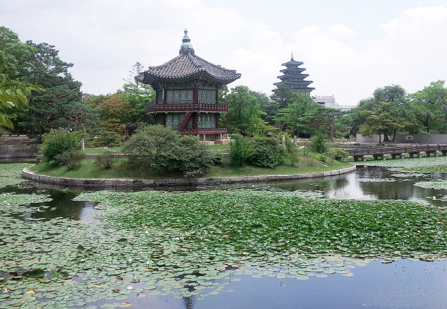 Hyangwonjeong Pavilion before restoration work started. (Yonhap)