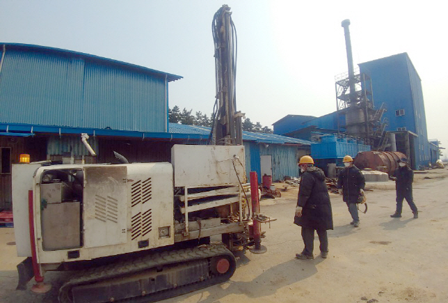 The fertilizer plant is being blamed for engaging in illegal processing without the necessary equipment in place to filter the carcinogens. (Yonhap)