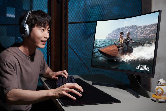 A gamer plays an online game. (image: Samsung Electronics Co.)