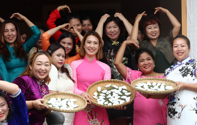 Foreign wives showing off rice cakes they made for Korea's Chuseok holiday in the central city of Gongju on Sept. 9, 2019. (Yonhap)