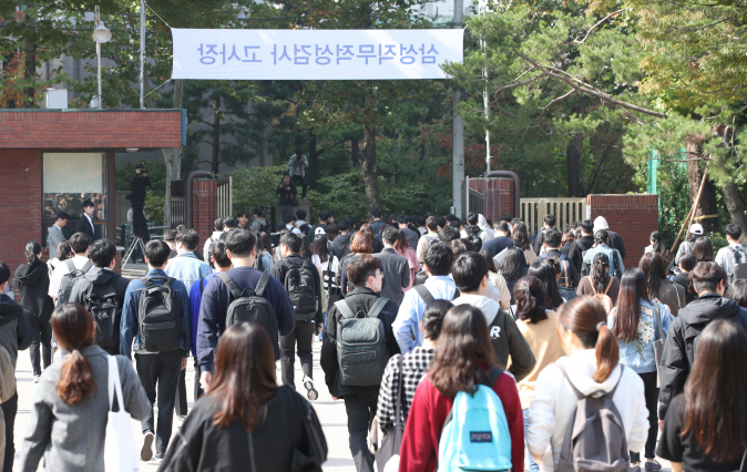Job applicants for Samsung Group leave Dankook University High School in Seoul after taking Samsung Group's recruitment exam, also known as the Global Samsung Aptitude Test (GSAT), on Oct. 20, 2019. (Yonhap)