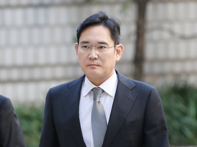 Lee Jae-yong, Samsung Electronics vice chairman and heir of South Korea's largest conglomerate, heads to the Seoul High Court on Oct. 25, 2019, to attend the first retrial of a bribery case linked to former President Park Geun-hye and her confidante. (Yonhap)