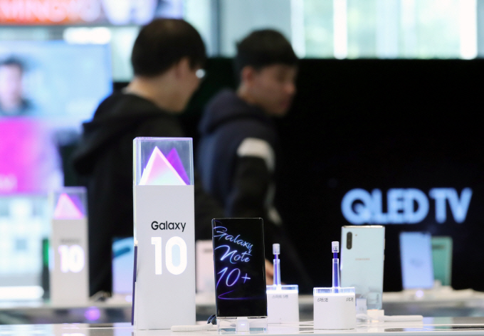 Samsung Electronics Co.'s Galaxy Note 10 5G is displayed at its exhibition center in Seoul on Nov. 8, 2019. (Yonhap)
