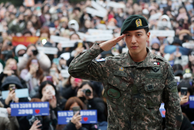 CNBLUE's Jung Yong-hwa Discharged from Military