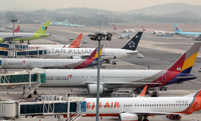 In the first half of 2019, the country's eight airlines earned 25 percent of their overall sales from the operation of Japanese routes. (Yonhap)