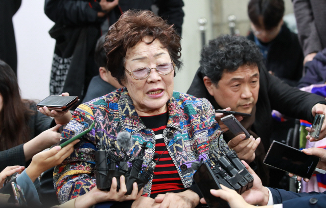 Lee Yong-soo speaks to reporters after she testified at the first court hearing on a compensation suit filed by Korean victims of Japan's wartime sex slavery at the Seoul Central District Court in southern Seoul on Nov. 13, 2019. (Yonhap)