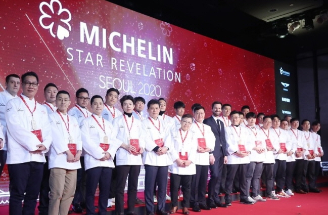 "Chefs of Michelin Star restaurants in Seoul pose for a photo during a publication ceremony for the ""Michelin Guide Seoul 2020"" at a Seoul hotel on Nov. 14, 2019. (Yonhap)"