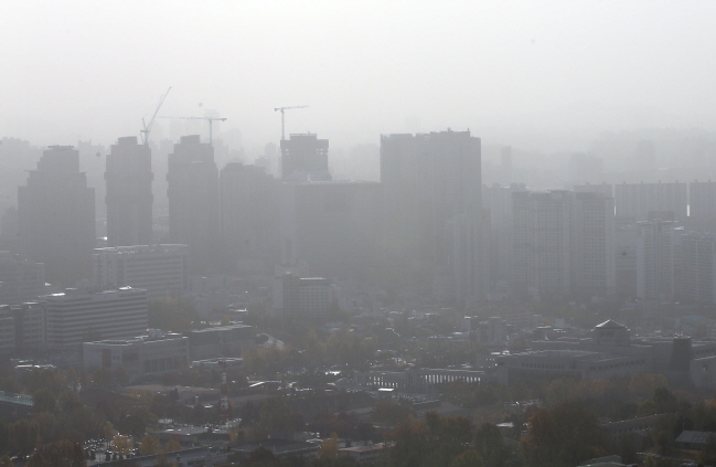 Seoul covered in a shroud of fine dust. (Yonhap)