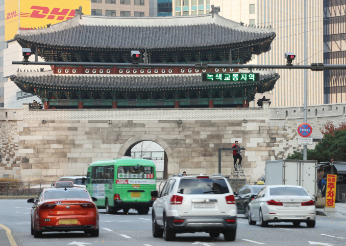 An electric sign indicates the Green Transport Zone near Sungnyemun Gate, one of the city's four main gates, in central Seoul on Nov. 26, 2019. (Yonhap)