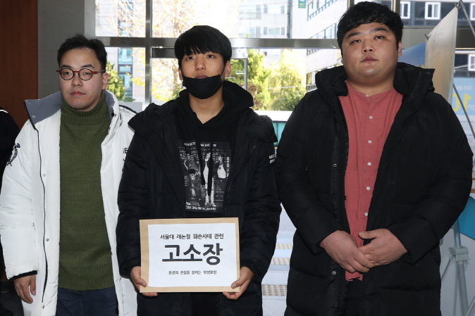 "Seoul National University students enter Gwanak Police Station in Seoul on Nov. 20, 2019, to file a suit against people, likely Chinese students studying at the school, who damaged a ""Lennon Wall' set up inside the school's campus for posters supporting protests in Hong Kong. (Yonhap)"