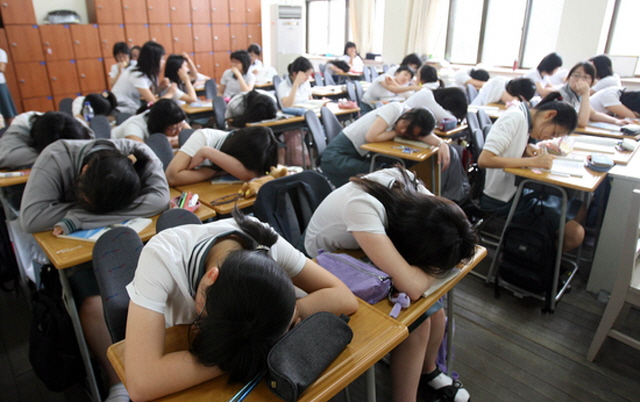 High school students slept an average of 6.1 hours, compared to 7.4 hours for middle school students, and 8.7 hours for students in elementary school, with an obvious trend of sleep decreasing as students get older. (Yonhap)