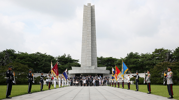 Foreign Korean War veterans visiting the Seoul National Cemetery in Seoul. (image: Korean Culture and Information Service)