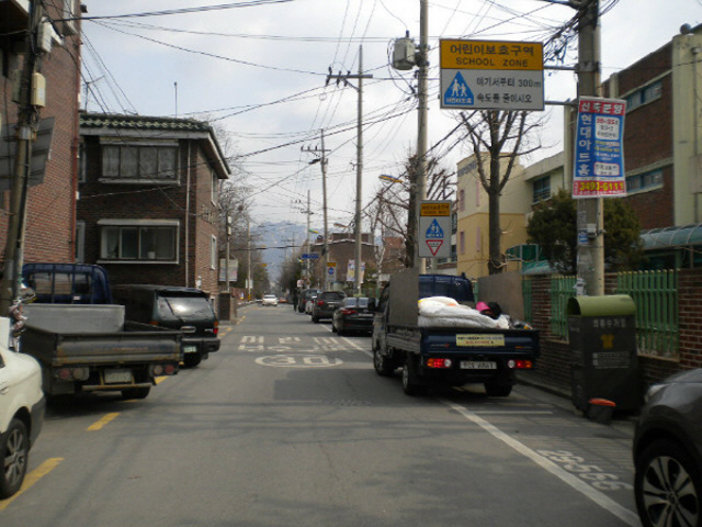 The government will strengthen its crackdown on illegal parking and resident reports in child protection zones next year. (image: Seoul Metropolitan Government)
