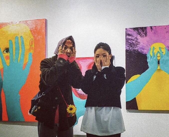 WINNER's Mino (L) next to BLACKPINK's Jennie taken against the backdrop of the former's paintings on exhibition. (image: Mino's Instagram account)