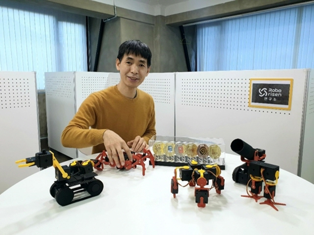 Yim Sang-bin, founder and CEO of RoboRisen, a South Korean robot startup, introduces different types of his app-based modular robot PingPong at his office in Seoul on Dec. 2, 2019. (Yonhap)