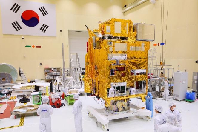 Engineers at the Korea Aerospace Research Institute (KARI) in Daejeon, 140 kilometers south of Seoul, inspecting the Chollian-2B. (image: KARI)