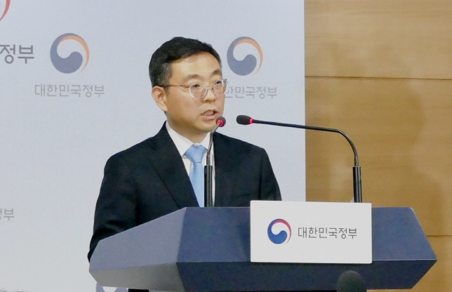 Lee Tai-hee, deputy minister in charge of the Ministry of Science and ICT's Office of Network Policy holds a briefing on the LG UPlus-CJ Hello merger in Seoul on Dec. 13, 2019. (Yonhap)