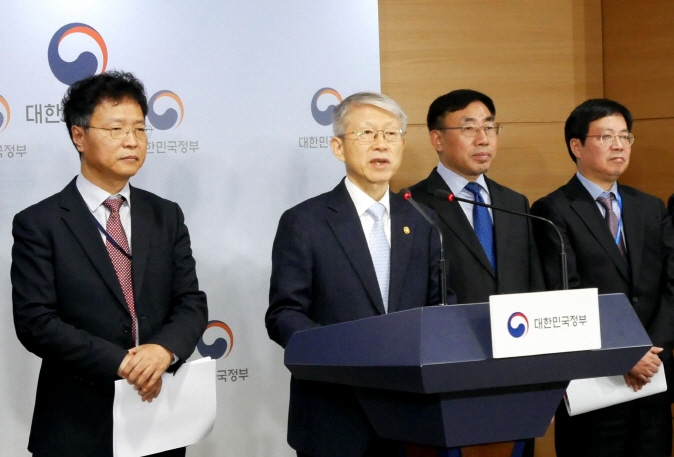 Minister of Science and ICT Choi Ki-young (2nd from L) holds a press briefing in Seoul to outline South Korea's new National Strategy for Artificial Intelligence on Dec. 17, 2019. (Yonhap)