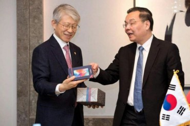 Vietnamese Science Minister Presents Smartphone to S. Korea